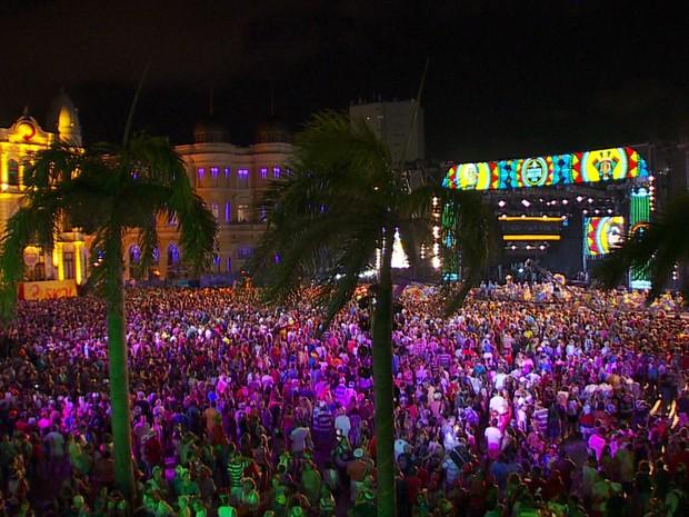 Marco Zero já está lotado para os shows da noite desta segunda-feira (Foto: Reprodução/TV Globo)