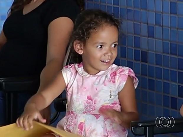 Naomi Oliveira, 3, engoliu moeda enquanto brincava em casa, em Goiás (Foto: Reprodução/TV Anhanguera)