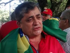 José Guimarães, líder do governo Federal na Câmara dos Deputados, presente na concentração de protesto em Fortaleza  (Foto: Andre Teixeira/G1)