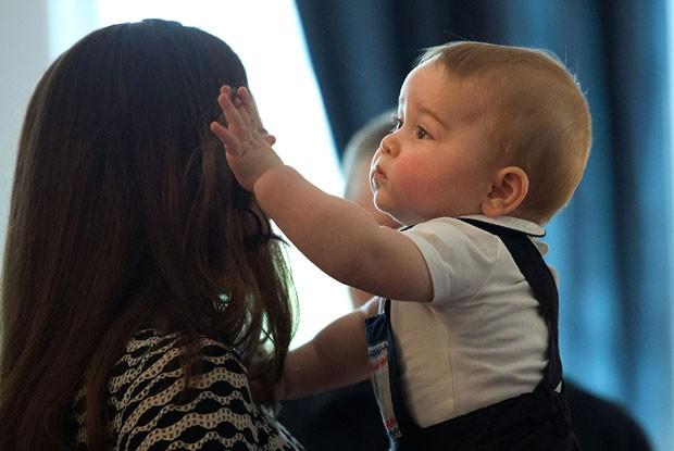 Príncipe George mexe no cabelo da mãe, Kate, em evento na Nova Zel (Foto: Marty Melville/AFP)