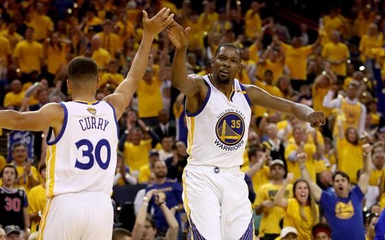 Stephen Curry e Kevin Durant, do Golden State Warriors, nas finais da NBA de 2016/2017 (Foto: Getty Images)