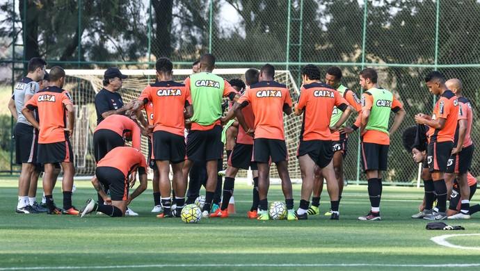 Técnico Marcelo Oliveira conversa com jogadores durante treino na Cidade do Galo (Foto: Bruno Cantini)