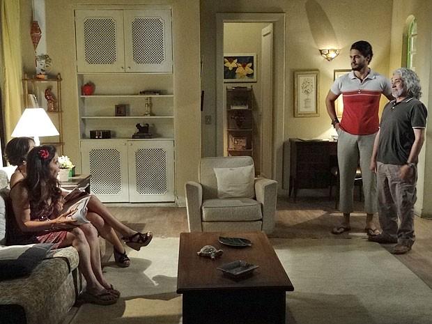 Única saída para Josué é vestir as roupas de Zé (Foto: Amor Eterno Amor/TV Globo)
