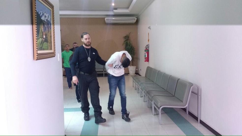 Amigos da jovem foram detidos em Sorocaba por suspeita de participação nos furtos (Foto: Carlos Dias/G1)