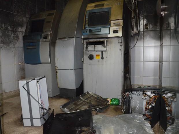 Um dos dois caixas eletrônicos do mercado do valentina foi violado com um maçarico pelos ladrões (Foto: Walter Paparazzo/G1)
