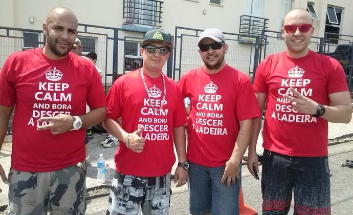 Amigos fizeram camisas personalizadas (Foto: Gabriel Dantas/GloboEsporte.com)