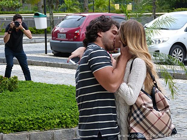 Edgar dá um beijão em Sofia e paparazzo registra tudo a pedido do playboy (Foto: Malhação / TV Globo)