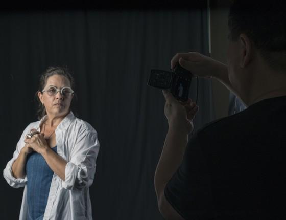 O chinês Zhong Weixing clica a fotógrafa Rosangela Rennó, no Rio (Foto: Divulgação)
