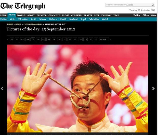 O artista chinês Liu Hong colocou cobras através de seu nariz e boca em uma competição performática em Yongchun, na China, segundo o jornal inglês 'Daily Telegraph'. (Foto: Reprodução)