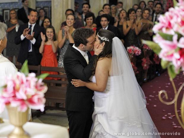 Convidados aplaudem o beijo dos noivos (Foto: Pedro Curi/TV Globo)