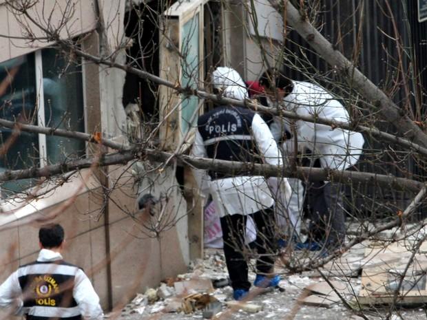 Policiais e peritos investigam local da explosão na embaixada americana em Ancara, na Turquia (Foto: Adem Altan/AFP)