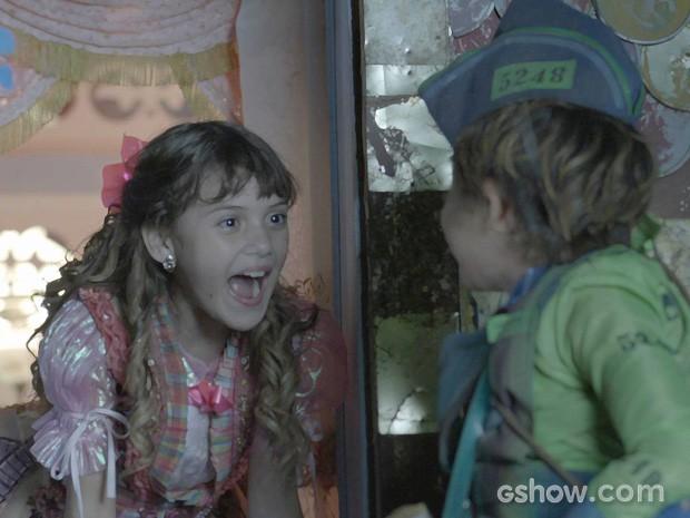 Pituca fica surpresa com a volta do amigo Serelepe (Foto: Meu Pedacinho de Chão/TV Globo)