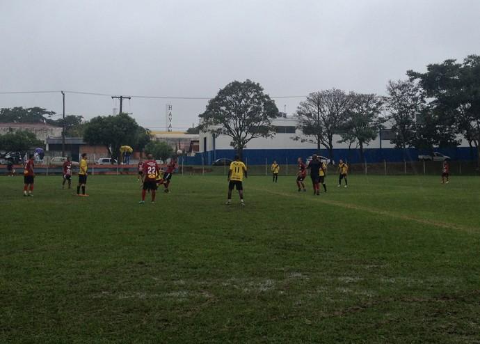 Em duelo marcado por forte chuva, equipes buscaram placar todo tempo (Foto: Kawanny Barros / GloboEsporte.com)