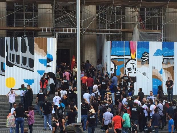 Servidores tentam entrar na Alerj durante protesto e são impedidos (Foto: Matheus Rodrigues/G1)