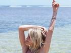 Julia Faria posa de biquíni e exibe barriga chapada em clique na Bahia