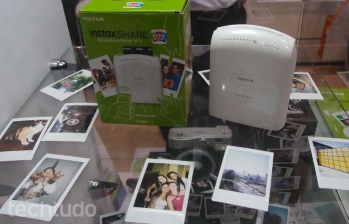 O Instax acompanhado por fotos e com sua caixa (Foto: Pedro Zambarda/TechTudo)