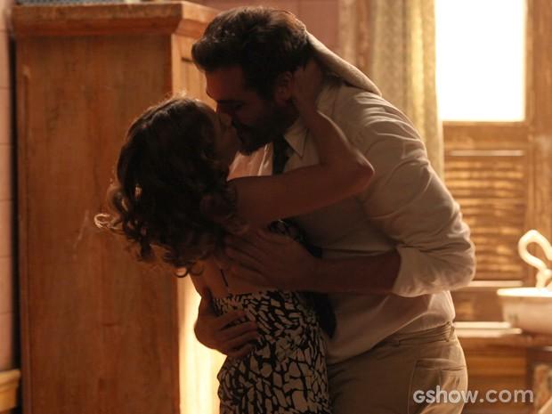 O casal celebra o novo filho com um beijo apaixonado (Foto: Pedro Curi/ TV Globo)