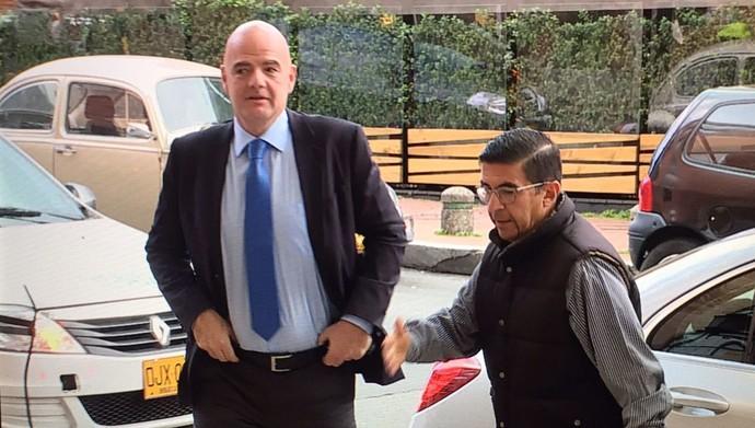 Presidente da Fifa, Gianni Infantino, chega para a reunião em Bogotá (Foto: Fabricio Crepaldi/Sportv)