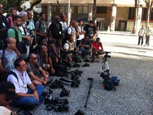 Câmeras fotográficas e filmadoras foram colocadas no chão e, em seguida, uma salva de palmas saudou a memória de Santiago Andrade (Foto: Daniel Silveira/G1)