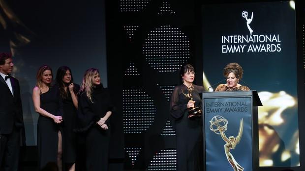 Os diretores Fábio Strazzer e Joana Jabace, a atriz Paula Burlamaqui, a diretora de núcleo Amora Mautner e as autoras Thelma Guedes e Duca Rachid. (Foto: Globo / Luiz C. Ribeiro)