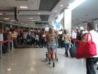 Fani Pacheco é surpreendida por um grupo de fãs no aeroporto