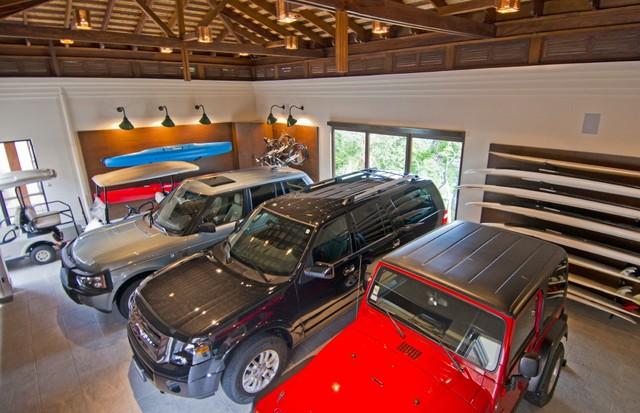 Os luxuosos carros que ficam à disposição dos hóspedes (Foto: Reprodução)