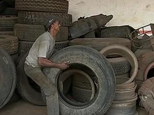 Mesmo tendo lucro com buracos, borracheiro diz ter dó de motoristas (Foto: Reprodução/ TV TEM)
