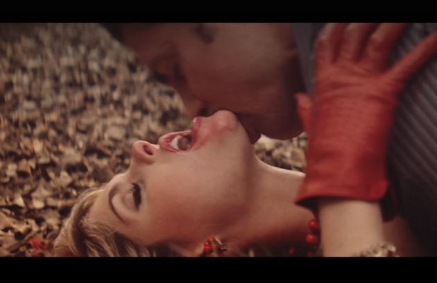 Barbara Evans protagonizou cenas quentes com Cauã Reymond na série 'Dois irmãos' (Foto: Reprodução)