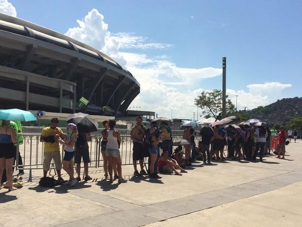 Fãs fazem fila à espera da abertura dos portões do Maracanã para show dos Rolling Stones (Foto: Fernanda Rouvenat / G1)