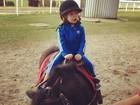 Adriane Galisteu fotografa o filho andando de pônei