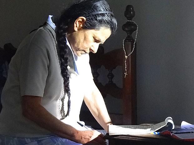 Angélica escreve carta com toda a verdade a Rodrigo (Foto: Amor Eterno Amor/TV Globo)