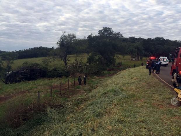 Caminhão do Exército capota, um militar morre e 5 ficam feridos na MS-080 em Campo Grande MS (Foto: Graziela Rezende/G1 MS)