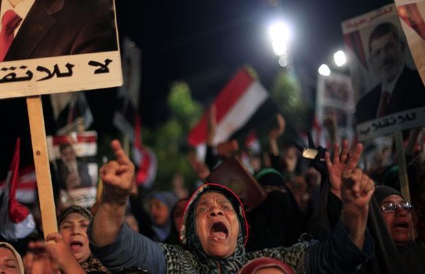 Partidários do presidente Mohamed Morsi protestam no Cairo, em 6 de agosto (Foto: Khalil Hamra/AP)
