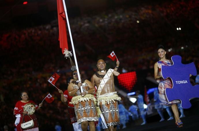 Ana Talakai carrega bandeira de Tonga com traje típico (Foto: Reuters)