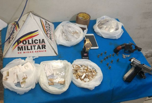 Joias e armas encontradas por policiais com assaltantes em MG (Foto: Sulamita França/G1)