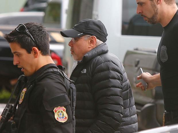 O ex- ministro Guido Mantega chega à sede da Polícia Federal, em São Paulo, após ser preso temporariamente durante a 34ª fase da Operação Lava Jato (Foto: Marcos Bezerra/Futura Press/Estadão Conteúdo)