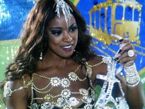 Juju fica admirada ao ver sandália (Foto: TV Globo)