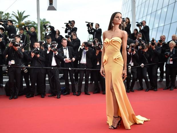 Izabel Goulart em première de filme em Cannes, na França (Foto: Bertrand Langlois/ AFP)