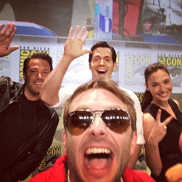 Chris Hardwick era o mais animado no painel da Comic-Con de Batman vs Superman, que tinha também Ben Affleck, Henry Cavill, e Gal Gadot (Foto: Instagram)