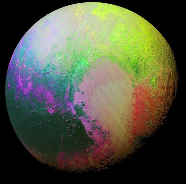 Imagem de Plutão com cores artificiais foi criada por cientistas para ressaltar detalhes da superfície do planeta anão (Foto:  Nasa/JHUAPL/SwRI)