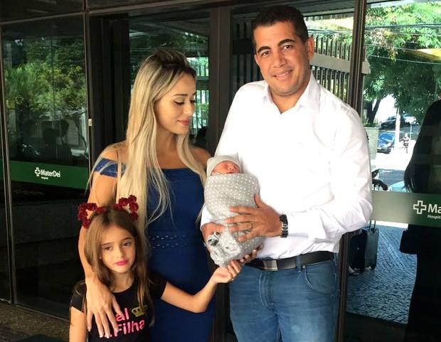 Ex-BBB Letícia Santiago deixa a maternidade em Belo Horizonte após dar à luz Miguel, acompanhada do marido, Miguel Correa Junior, e da filha, Júlia (Foto: Arquivo Pessoal)