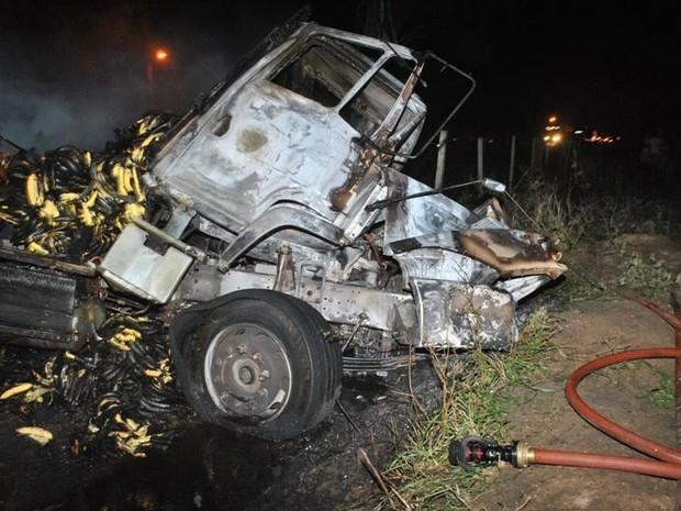 Vítima fatal estava no caminhão que transportava bananas  (Foto: Filipe Lemos/Campos 24 horas)