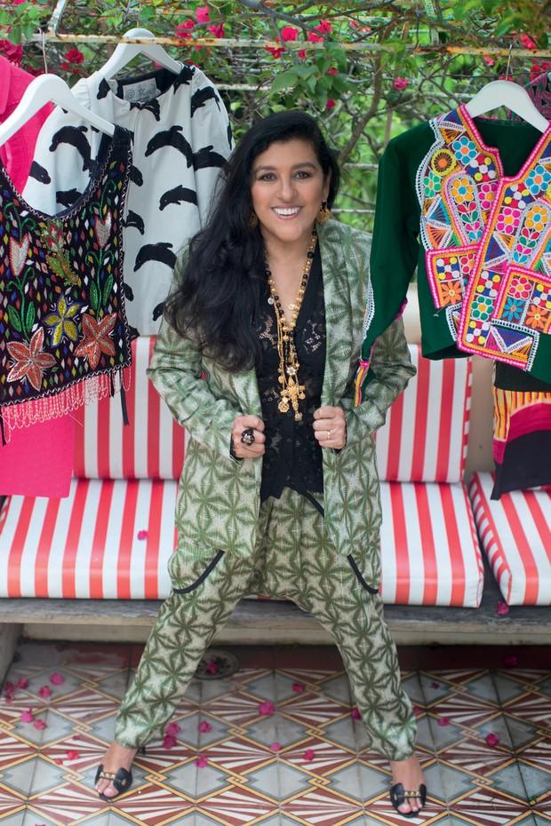 Regina posa na Pindorama (produtora de filmes do seu marido), na Gávea, no Rio, e veste terno, Dries Van Noten; camisa, terço e colar, tudo Dolce & Gabbana; anel, Miriam Kimelblat; sandálias, Hermès (Foto: Vicente de Paulo)