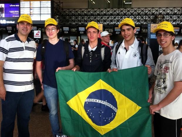 Estudantes brasileiros de ensino médio ganharam competição em Moçambique (Foto: Divulgação/OBM)