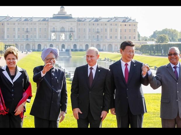 Presidenta Dilma Rousseff posa para foto oficial dos Chefes de Estado do BRICS em São Petersburgo, na Rússia. Da esquerda para a direita, ao lado dela: Manmohan Singh (Índia), Vladimir Putin (Rússia), Xi Jinping (China), e Jacob Zuma (África do Sul). (Foto: Roberto Stuckert Filho/PR)