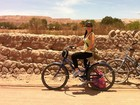 Grávida, Samara Felippo pedala no deserto do Atacama