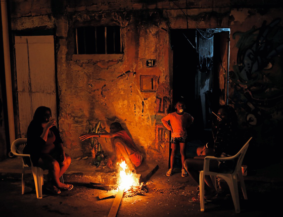 Moradores de uma favela no Rio de janeiro (Foto:  Nacho Doce/REUTERS)