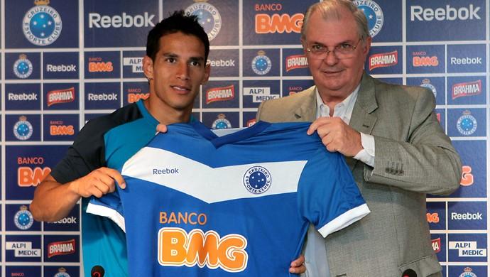 Novo presidente, novos jogadores: Gilvan apresenta o colombiano Arias, o 'presente de aniversário' do Cruzeiro'. Meia, no entanto, fez três jogos durante toda a temporada (Foto: Pedro Vilela/ Vipcomm)