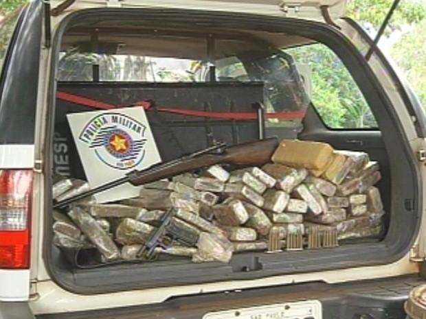 Droga, armas e munições estavam na chácara do suspeito (Foto: Reprodução/TV TEM)
