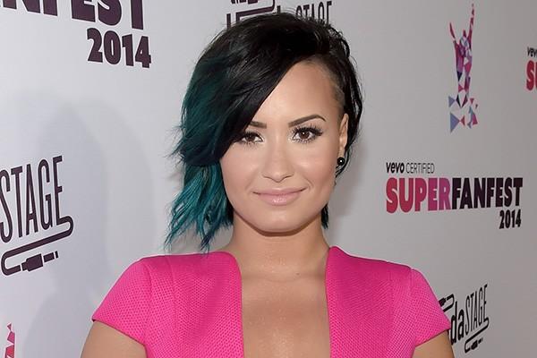 Em 2011, após ser internada em uma clínica de reabilitação, a cantora Demi Lovato admitiu ter sofrido bulimia e vício em drogas e álcool. (Foto: Getty Images)